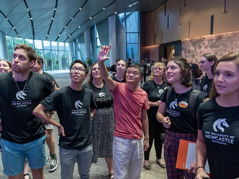 Jack Ma gives students a tour of the Alibaba building